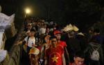 Bất chấp thời tiết mưa gió, từ sáng sớm hàng vạn người đã đổ về khai hội chùa Hương