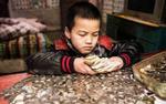 Xúc động cậu bé 8 tuổi nhịn ăn sáng suốt hai năm để tiết kiệm tiền chữa bệnh cho em trai