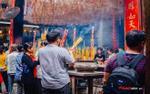 Hàng trăm người đổ về chùa Bà ngày rằm tháng Giêng, nhân viên gom nhang liên tục vì quá tải