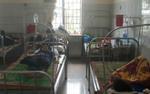 Hàng loạt học sinh nhập viện sau bữa cơm tối