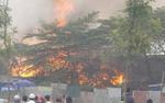 Xưởng giày cháy lớn, nhiều hàng hóa bị thiêu rụi