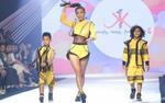 Diện croptop khoe eo 'con kiến', Minh Tú tự tin catwalk cùng mẫu nhí Tây