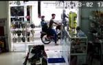 Giữa ban ngày, cặp nam nữ ung dung vào cửa hàng giật điện thoại trên tay bé gái rồi leo lên xe tẩu thoát