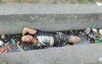 Say xỉn rồi ngủ quên dưới mương nước thải, người đàn ông tỏ vẻ khó chịu khi được vớt lên