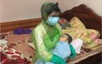 Hình ảnh mẹ trẻ bị thủy đậu phải trùm áo mưa kín mít cho con trai  bú sữa khiến cư dân mạng vừa thương vừa buồn cười