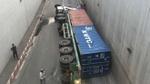 Container lật nhào trong hầm chui, giao thông tắc nghẽn nhiều giờ