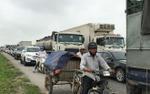 Hàng chục hành khách la hét khi ô tô khách va chạm với xe đầu kéo