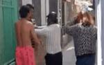 Bị bắt quả tang ngoại tình, chồng lao vào đánh vợ tới tấp để bảo vệ bồ nhí gây bức xúc