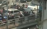 Trích xuất camera truy tìm xe ô tô ngang nhiên quay đầu gây ùn tắc nghiêm trọng trên cầu vượt