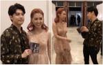 Quá thích tiết mục, nữ ca sĩ Singapore sang tận phòng chụp ảnh cùng Noo Phước Thịnh