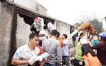 Người dân cùng các tiểu thương nỗ lực cứu hàng hóa ra khỏi đám cháy