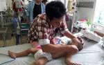 Bé trai 19 tháng tuổi bị hàng trăm con ong đốt phải nhập viện cấp cứu