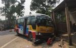 Xe buýt va chạm với xe máy, 5 người thương vong