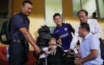 Hành động đẹp: Quang Hải U23 lên tận khán đài kí tên tặng CĐV tật nguyền