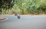 Bất chấp nguy hiểm, sinh viên làng Đại học Thủ Đức vô tư vượt đèn đỏ, không đội mũ bảo hiểm khi tham gia giao thông