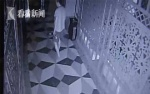 Biến thái lẻn vào nhà tắm công cộng liếm ngón chân phụ nữ