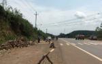 Con trai dùng củi điều đánh mẹ tử vong trên quốc lộ