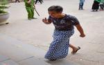 Công an ngăn người mặc quần đùi, váy ngắn vào Đền Hùng