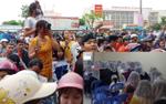 Hàng trăm người dân vây kín xem công an khám xét trụ sở nghi tụ điểm 'Hội Thánh Đức Chúa Trời'