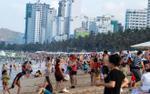 Dòng người ken đặc, chen chúc nhau tại bãi biển và công viên trong kỳ nghỉ lễ 30/4