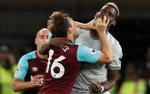 Pogba bị đội trưởng West Ham móc mũi và bóp cổ