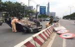 Ô tô lật nhào trên đường phố, nhiều người đi xe máy may mắn thoát chết