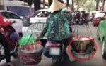 Thất kinh clip người phụ nữ gánh nồi nước sôi, than hồng ngồi bấp bênh trên xe máy giữa đường