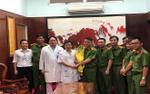 Phòng Cảnh sát hình sự đến bệnh viện chuyển phần khen thưởng của tổ chuyên án hỗ trợ các hiệp sĩ