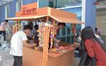 Sinh viên ĐH Luật thích thú với không gian hoài cổ trong ngày hội 'Cho tôi xin một vé đi tuổi thơ'