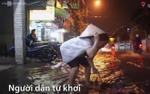 Cả đêm tát nước ngập khỏi nhà sau cơn mưa lớn ở Sài Gòn