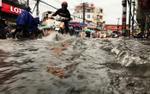 Mẹo quan trọng ai cũng cần biết khi lái xe qua đoạn đường ngập nước