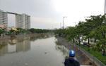 Trời đổ mưa lớn, một thiếu niên đi câu cá rơi xuống kênh mất tích