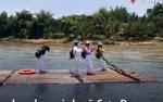 Học sinh Quảng Ngãi kéo bè tre vượt sông đến trường