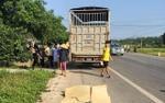 Ô tô tải tông xe máy, vợ sắp sinh tử vong, chồng nguy kịch