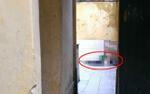 Người đàn ông chết bất thường trong nhà tắm, thi thể đang phân hủy