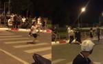 2 nhóm thanh niên cầm hung khí rượt đuổi chém nhau kinh hoàng trên đường phố