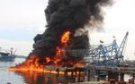 Tàu câu mực bốc cháy dữ dội, thiệt hại 10 tỉ đồng