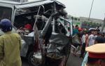 Xe khách 16 chỗ bẹp nát sau tai nạn kinh hoàng trên cao tốc, 8 người thương vong