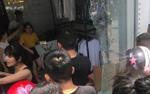 Nam thanh niên ném vỡ kính cửa hàng quần áo sắp khai trương rồi bỏ trốn, một phụ nữ bị thương