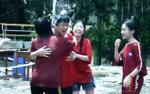 Ai dễ thương như thầy hiệu trưởng ấy: Quẩy tanh bành, cười thả ga để học sinh ném bóng nước ướt người