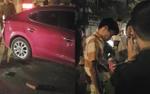 Người dân cầm gạch phá kính cứu tài xế say xỉn sau khi tông vào dải phân cách