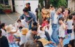 Đông Nhi giản dị, nhiệt tình đi phát cháo từ thiện cùng FC