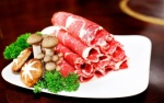 Trung Quốc: Nhân viên dùng thịt ăn lẩu của khách kê chân nghỉ giải lao