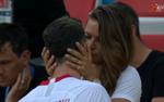 Nhận thất bại cay đắng, Lewandowski được vợ an ủi bằng nụ hôn say đắm ngay trên sân