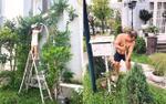Thúy Hạnh leo trèo, Minh Khang cởi trần chăm vườn cho biệt thự đẹp