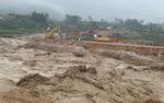 Mưa lũ kinh hoàng ở miền núi phía Bắc: Người thân khóc trong vô vọng, dầm mưa nhấc từng khúc gỗ tìm thi thể nạn nhân