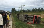 Xe giường nằm lật xuống ruộng, 2 người trong một gia đình tử vong, 6 người khác bị thương