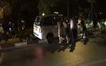 Clip đám đông hợp sức giải cứu taxi đâm lên dải phân cách và bị mắc kẹt trong đêm