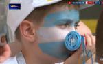 Bức ảnh hot nhất hôm nay: Cổ động viên nhí thẫn thờ nhìn đội bóng có chân sút số 1 Messi bị Pháp đánh bại đầy cay đắng