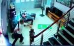 Camera ghi lại cảnh tượng kinh hoàng khi người đàn ông cầm dao truy sát 3 nạn nhân rồi tự sát